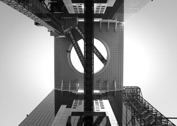 Un bâtiment vertigineux à Osaka, en contre plongée
