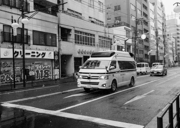 Une ambulance dans les rues de Nishi-Nippori, à Tokyo, Japon