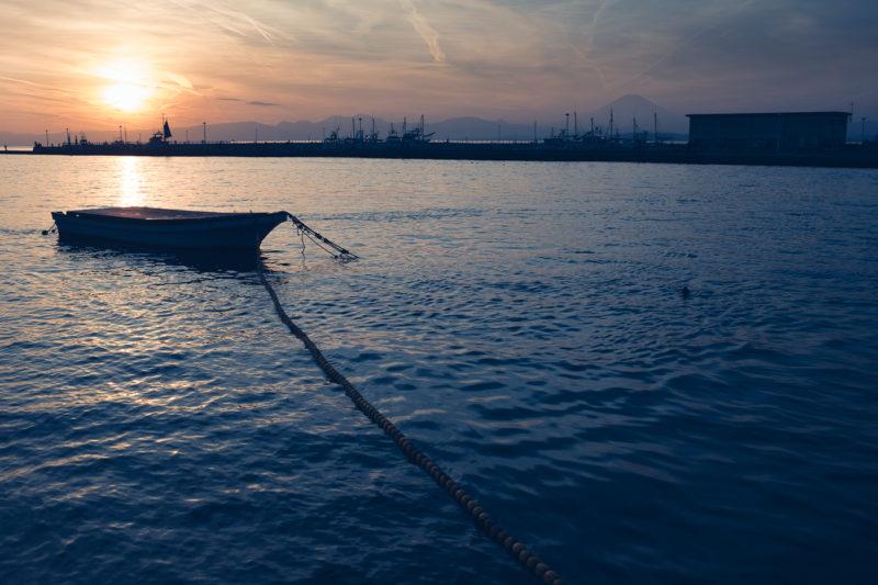 Le soleil se couche, un pêcheur tente d'attraqpper ses derniers poissons dans la mer à Enoshima
