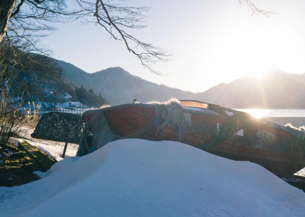 Un bateau posé sur la neige, au bord du lac chuzenji, à Nikko, Japon
