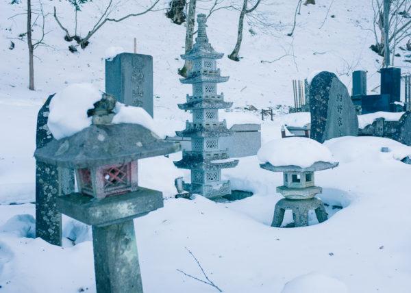 Des tombes japonaises dans un cimetière recouvert de neige à Nikko, Japon