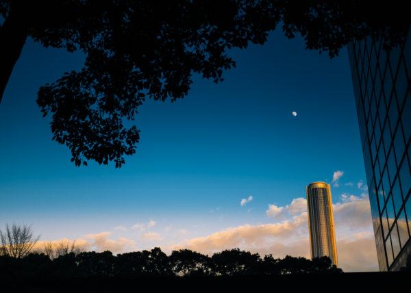 Le soleil se couche, la lune apparaît, et Tokyo devient magique
