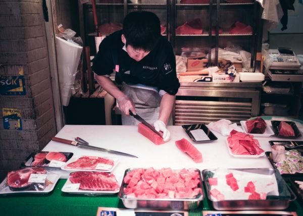 Découpe du Thon sur le marché aux poissons de Tsukiji