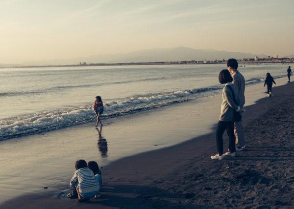 Une famille profite du calme de la plage d'Enoshima en hiver