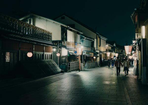 Les rues de Gion, grandes, tranquilles, le Kyoto traditionnel