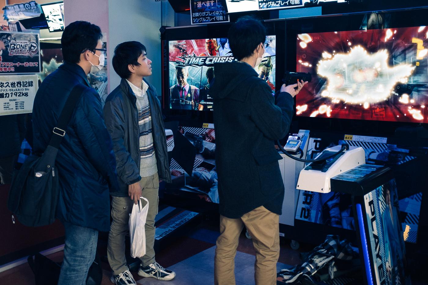 Des jeunes passent la soirée à jouer à des jeux vidéos à Akihabara