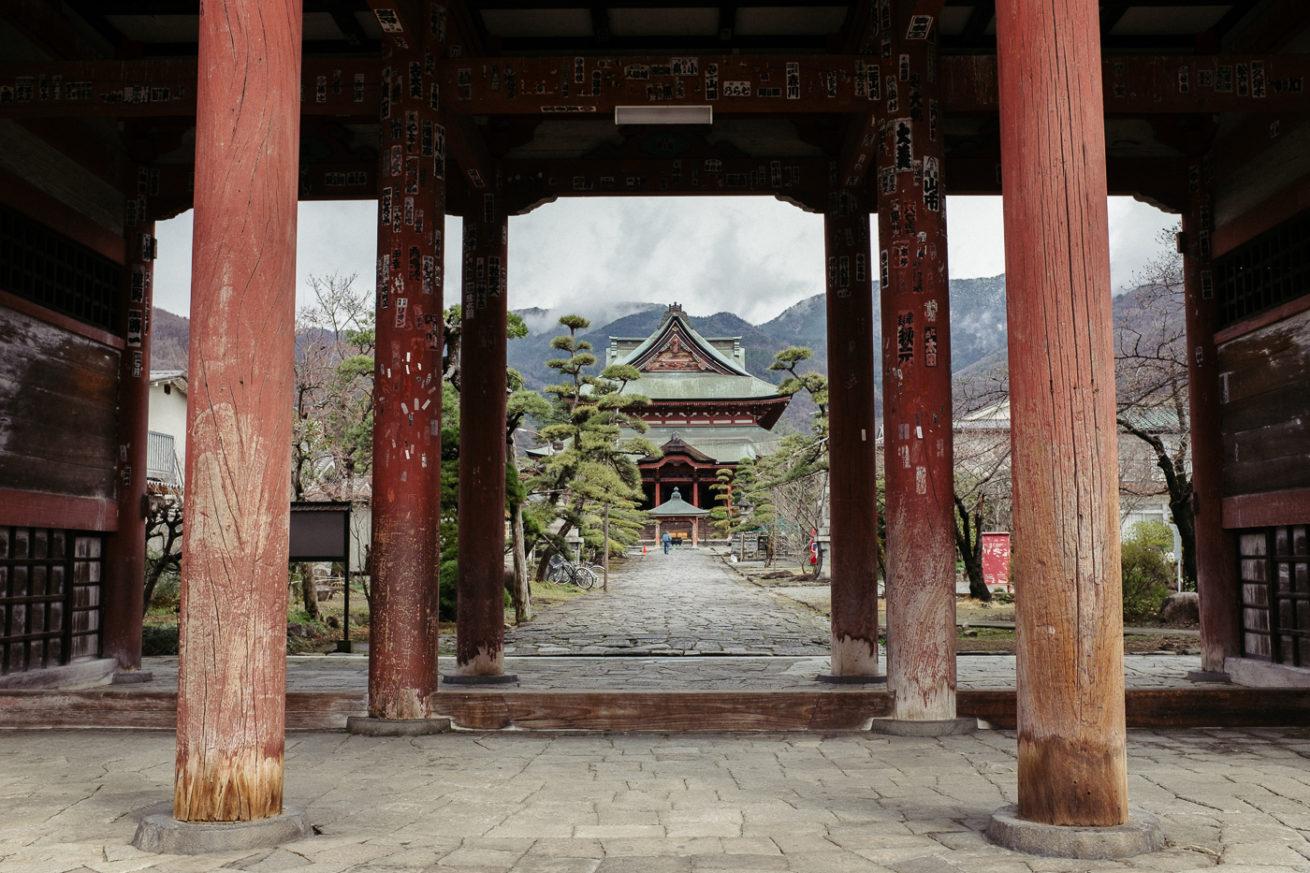 Un temple de Kofu, perdu dans les nuages et bordé d'arbres magnifiques