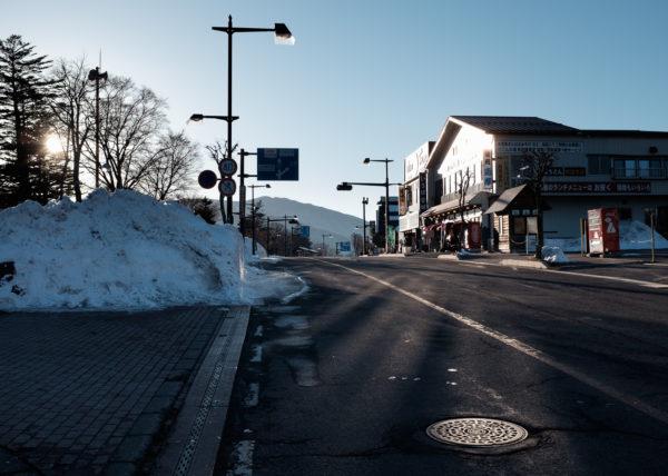 Des rayons de soleil se reflettent sur la route, au Japon