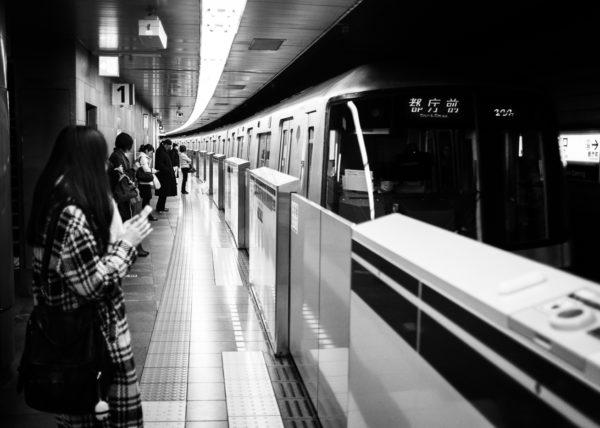 Arrivée du métro de Tokyo en noir et blanc