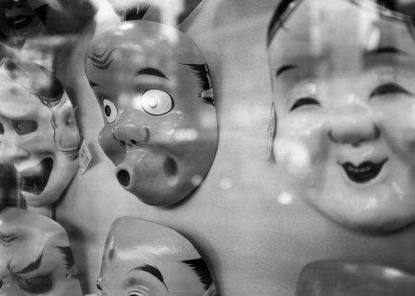 Des masques de théatre no dans une devanture de magasin à Tokyo