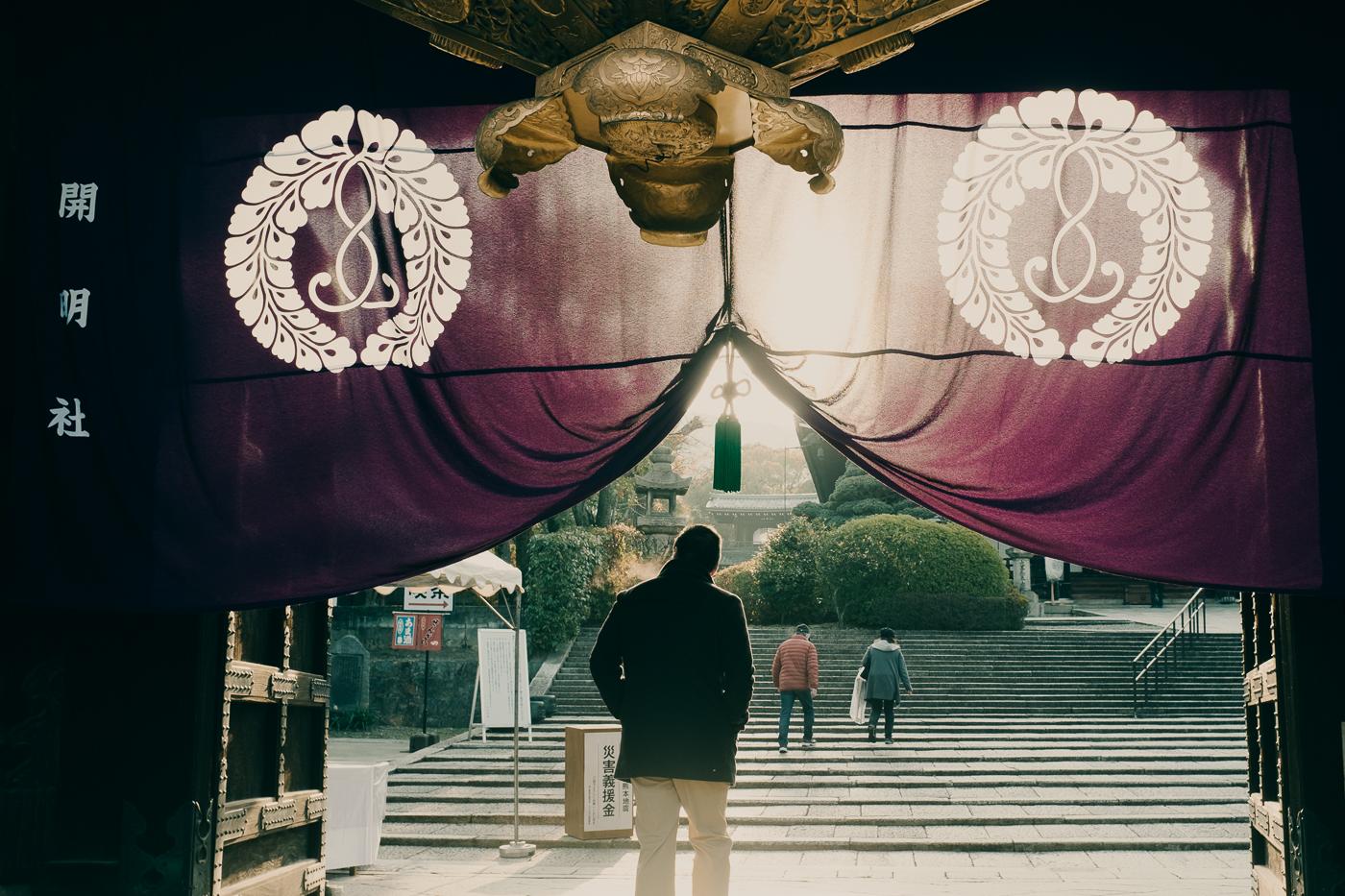 Portrait de rue à l'entrée d'un temple de Kyoto, de bon matin
