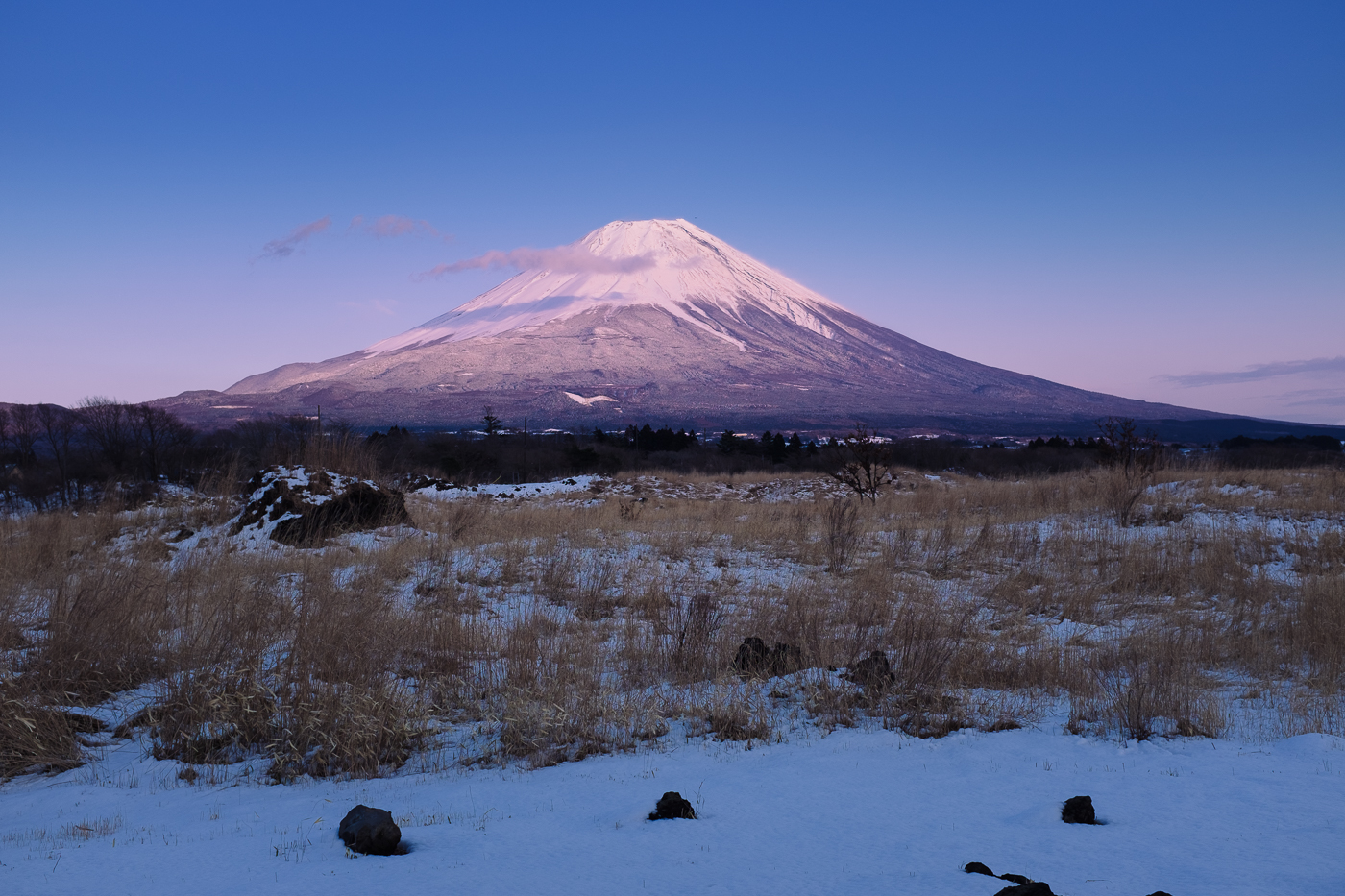 Le coucher de soleil colore en rose l'imposant Mont Fuji