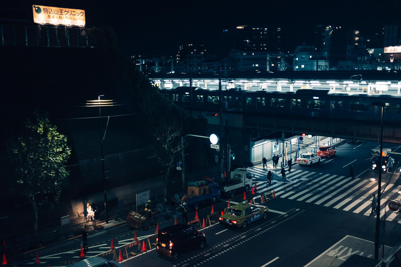 La gare de Nishi-Nippori de Nuit, à Tokyo