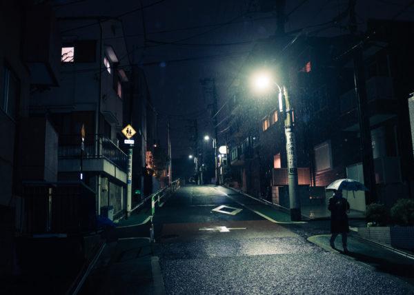 Il pleut sur les rues de Nishi-Nippori, à Tokyo, Japon