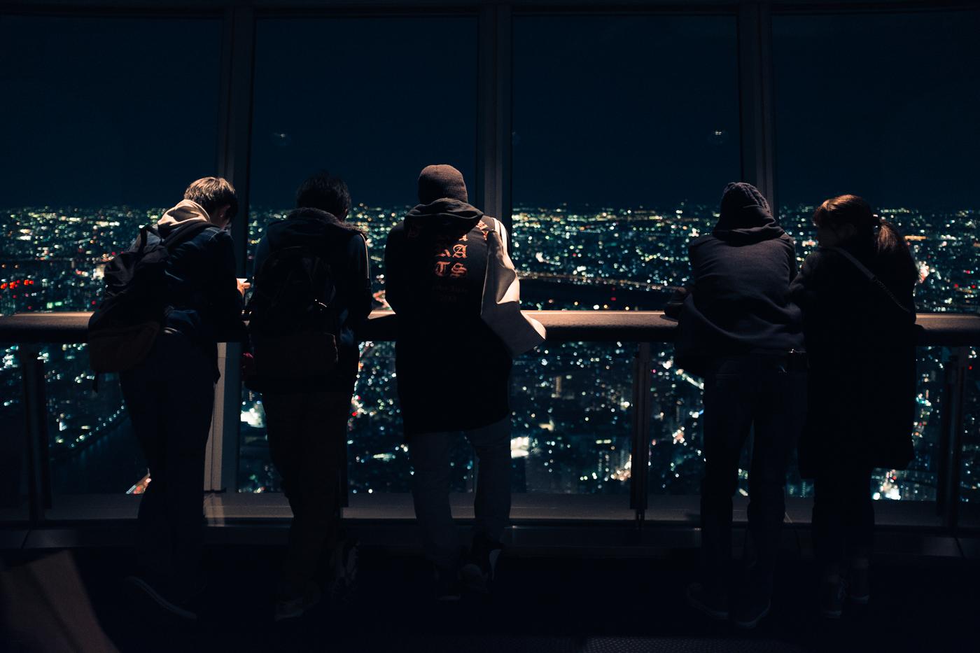 L'observatoire du Tokyo Skytree de nuit et les spectateurs de ce spectacle intense