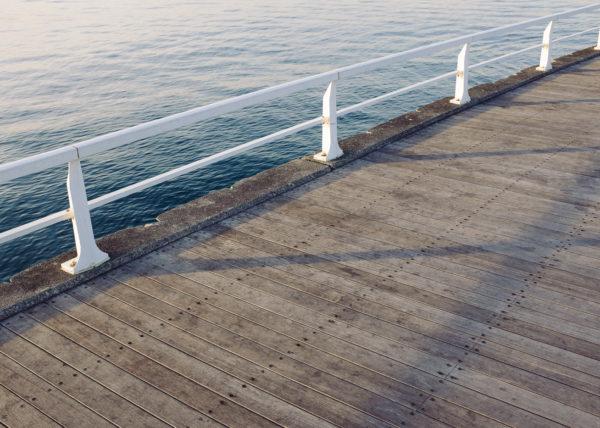 Un ponton, d'une propreté remarquable, des obmbres nettes, Enoshima, le Japon