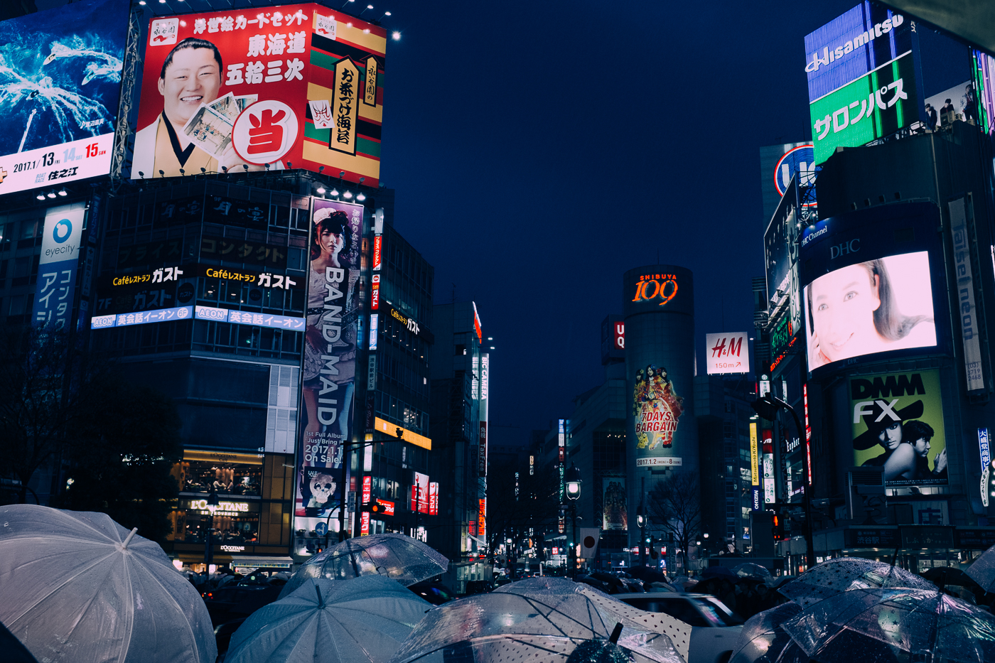 Shibuya de nuit, et ses nombreux parapluies pour se protéger de la pluie
