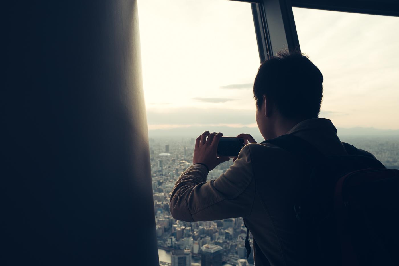 Une photo avec un smartphone vaut bien un souvenir lorsqu'on se hisse en haut du Tokyo Skytree