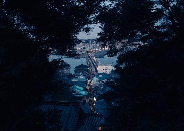 Un pont relie la petite île d'Enoshima avec les terres japonnaises