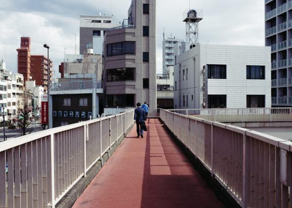 Un pont pour pieton afin de traverser les larges rues de la capitale du Japon, Tokyo
