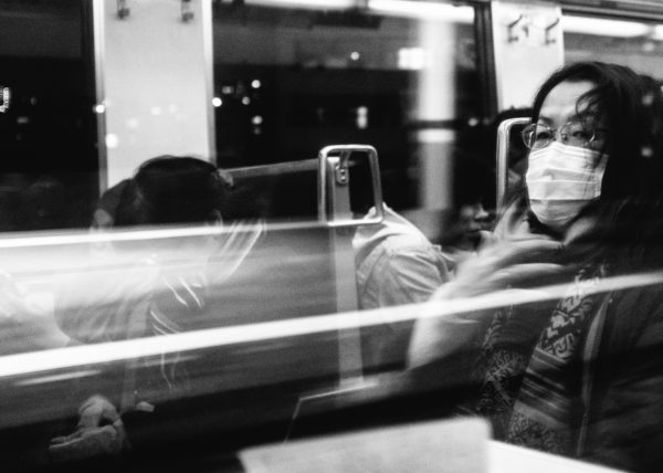 Portait d'une japonaise dans un train menant à Tokyo