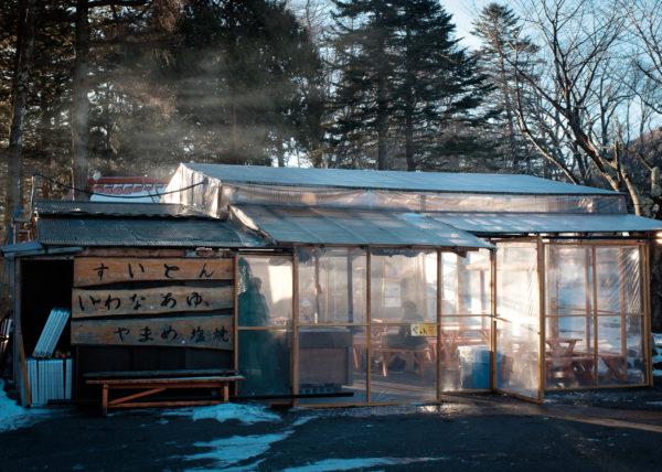 Un petit restaurant à Nikko, et des rayons de soleil dans les nuages de vapeur qui s'en dégagent