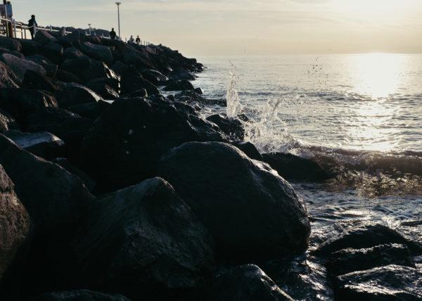 Les vagues se brisent sur les rochers de la plage d'Enoshima