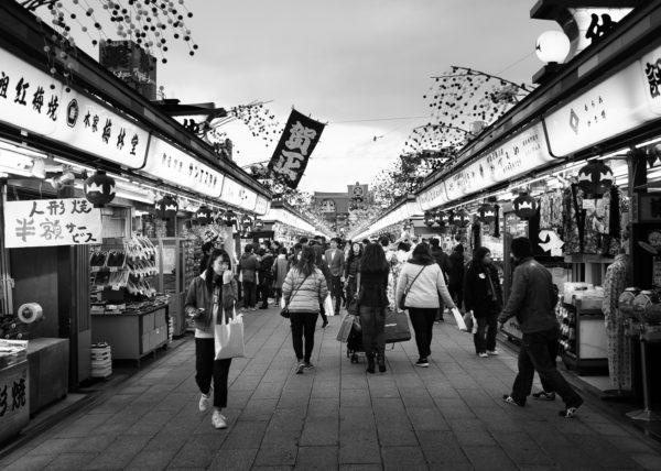 Rue marchande d'Asakusa, en noir et blanc
