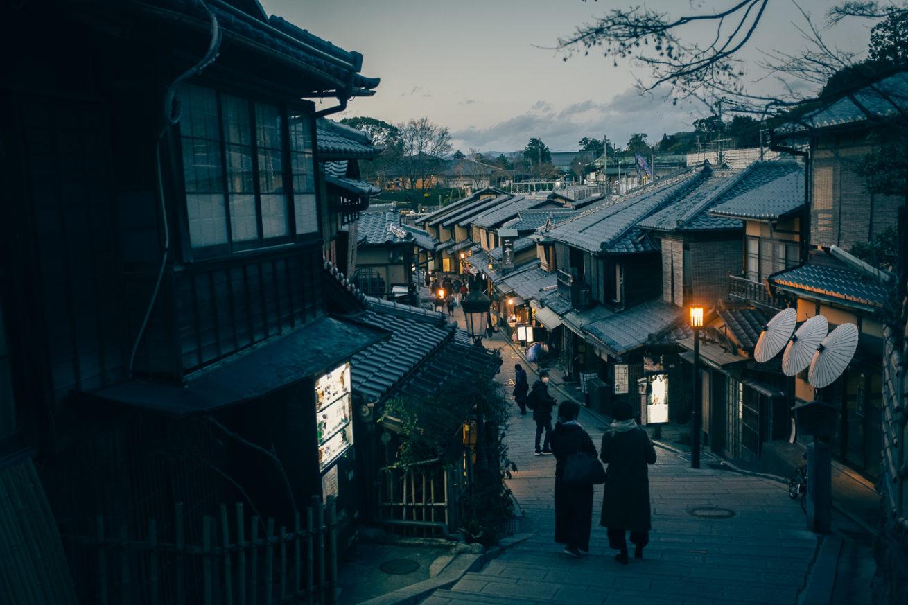 Kyoto traditionnel, les rues deviennent calment la nuit et révèlent tout leur splendeur