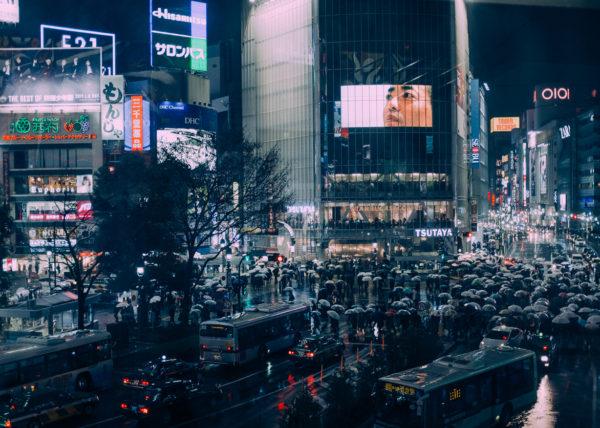 Le ballet incessant de parapluies sur les passages pietons de Shibuya