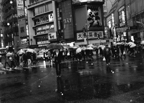 Il neige sur Shibuya, à Tokyo, et les japonnais sortent leurs parapluies