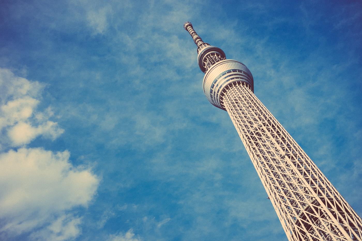 Le Tokyo Skytree, la tour la plus haute du monde, semble défier le ciel et les nuages