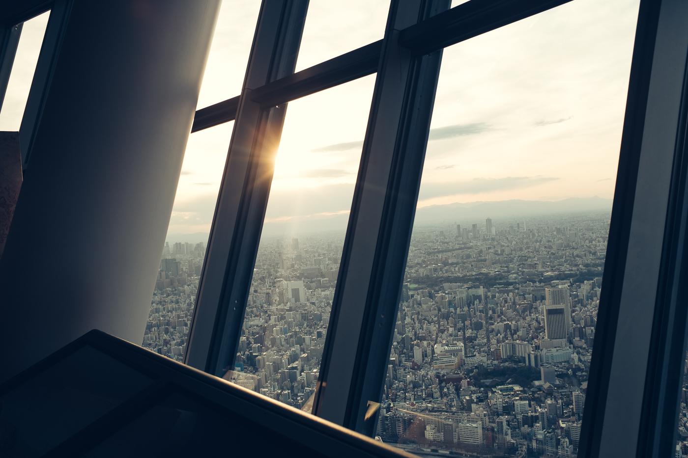 Quelques rayons de soleil traversent les vitres de l'observatoire du Tokyo skytree