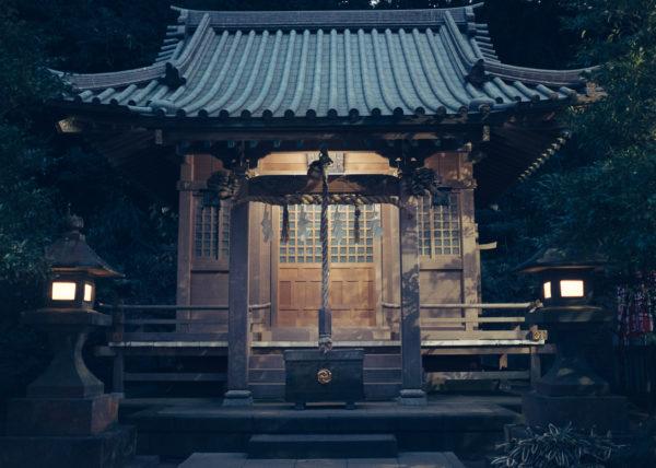 Un petit temple sur l'île d'Enoshima semble comme tout droit sorti d'un film de Miyazaki une fois la nuit tombée