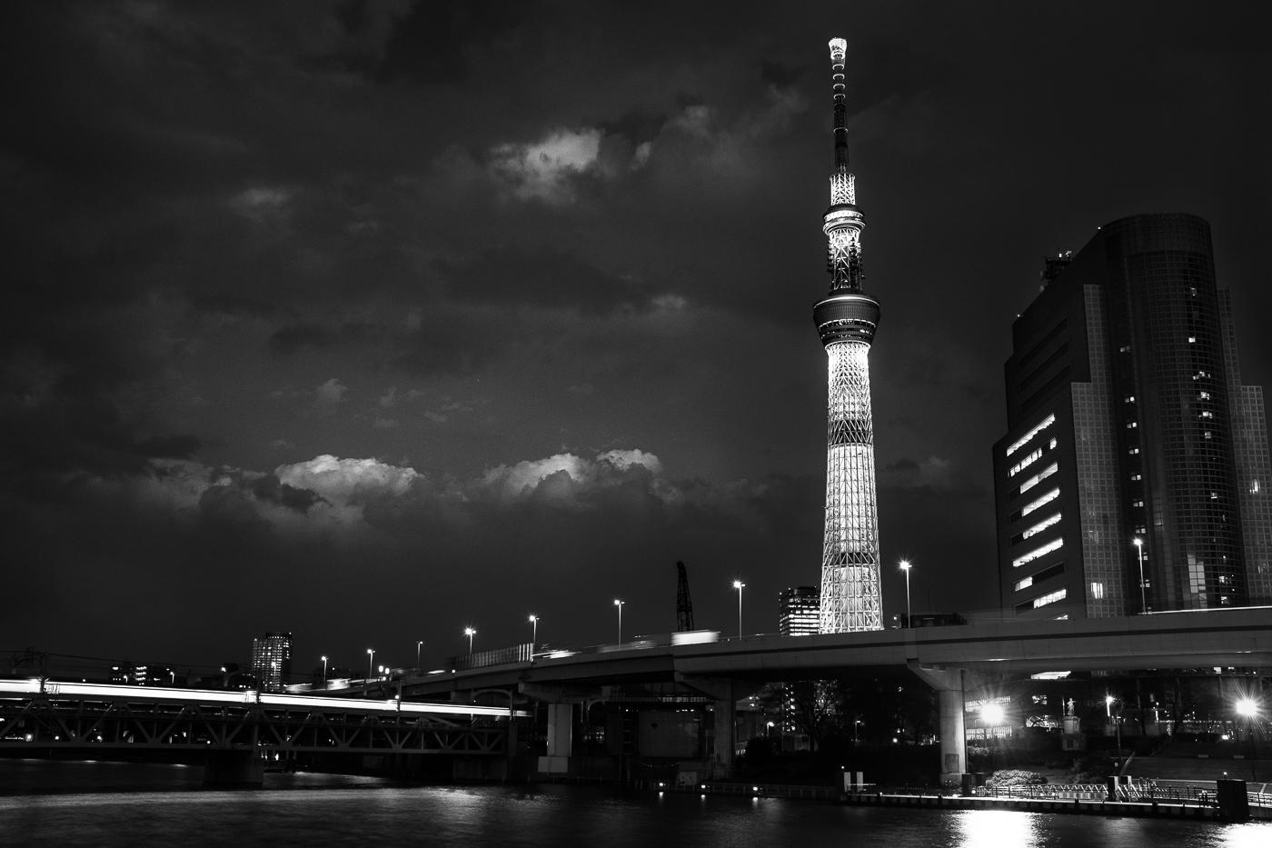 Le Tokyo Skytree en noir et blanc vu depuis Sumida River