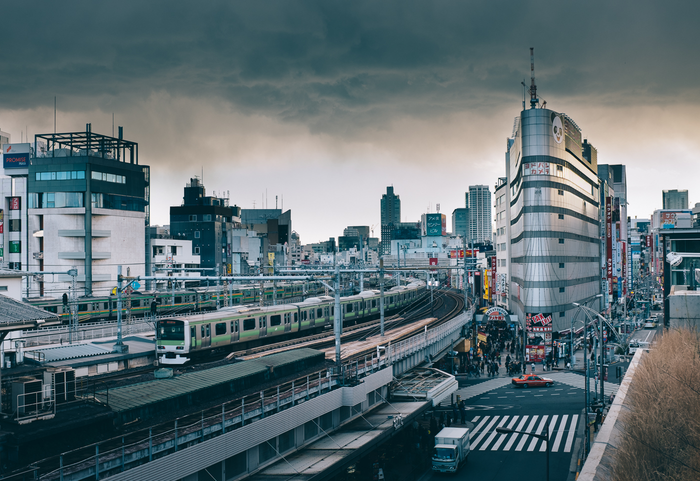Très urbain, le quartier d'Ueno est extrèmement actif aux abords de la ligne de train