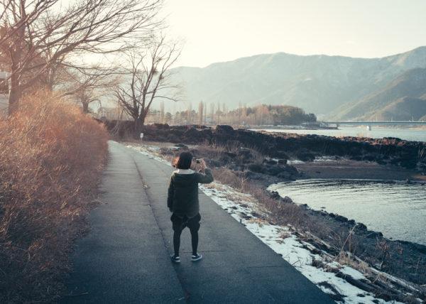 Un des lacs de la région des cinq lacs, aux pieds du Mont Fuji, photographié par une petite fille