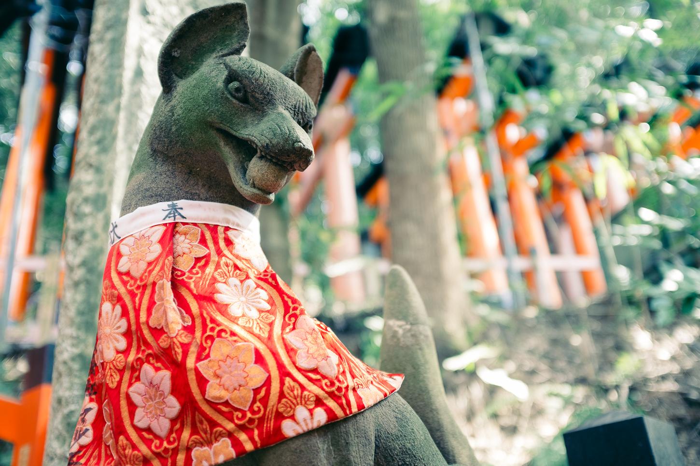 Une des statures de renards du Fushimi Inari, célèbre sanctuaire de Kyoto