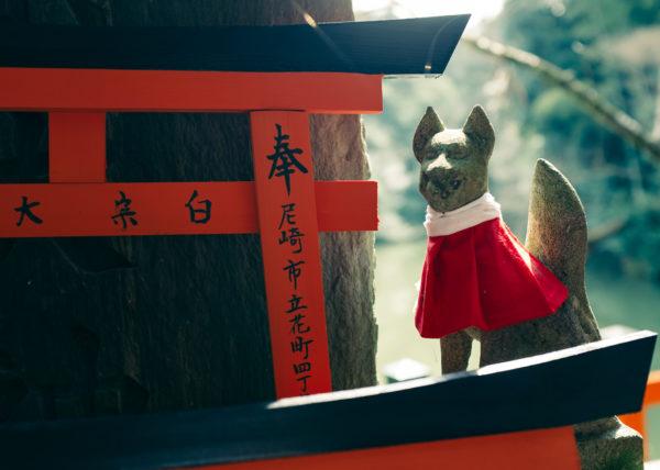 Petite statue du Fushimi Inari, célèbre sanctuaire japonais de Kyoto