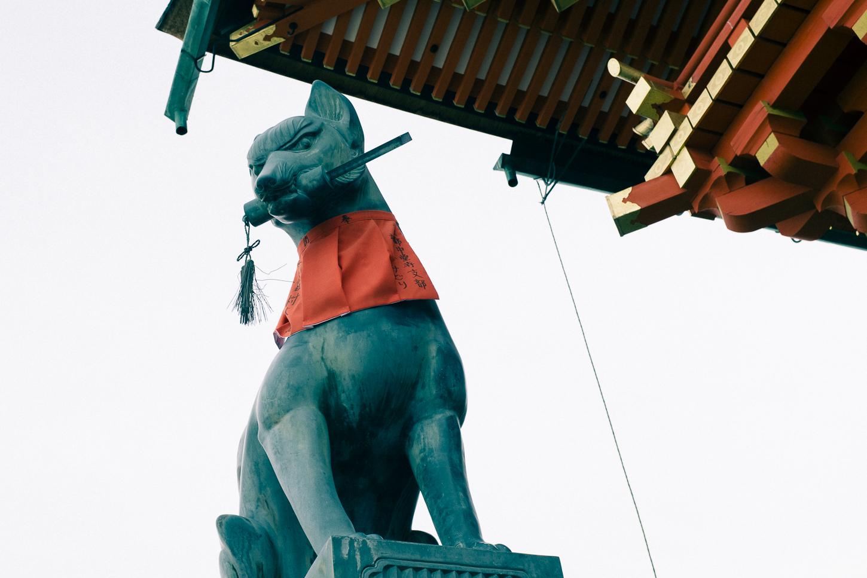 Gardien de la clef du grenier, ces statues de renards accueillent les visiteurs à l'entrée du Fushimi Inari