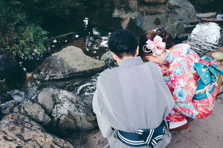 Un couple en kimono à Enoshima, une petite ile proche de tokyo