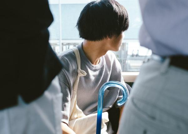 portrait d'un japonais dans le petit train allant de kamakura à enoshima