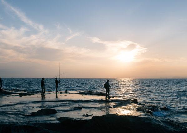 Le soleil se couche sur enoshima et les pecheurs profitent des derniers rayons de soleil