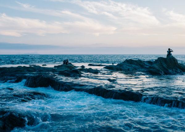 Les eaux ahitées de l'océan sur les rives de l'ile d'enoshima