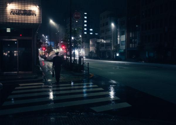 Quelques heures avant le passage du typhon Lan sur Tokyo, il pleut dans les rues de sendagi