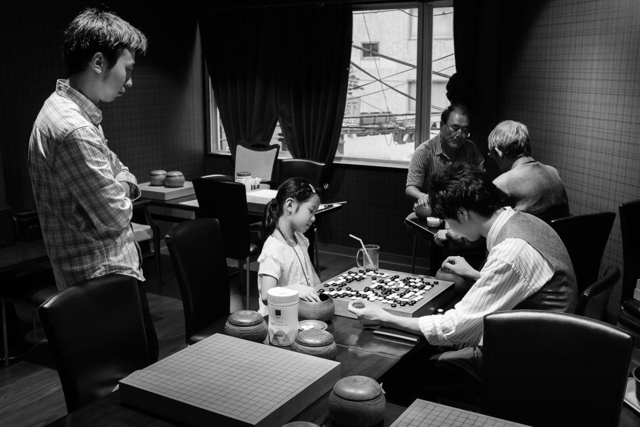 petit salon de Go à Ueno à Tokyo au Japon, des joueurs disputent une partie de Go
