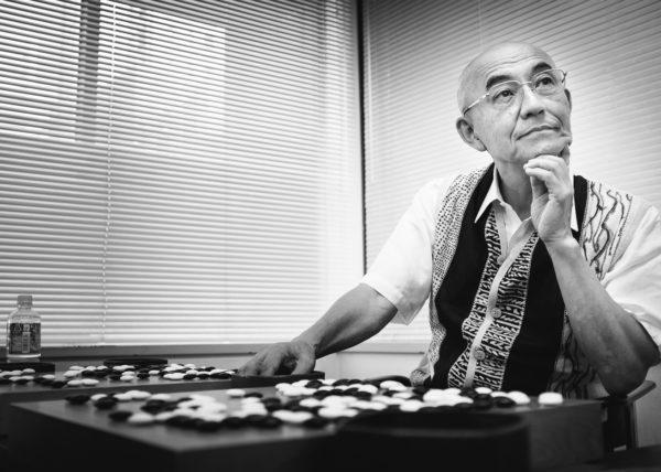 takemiya masaki, célèbre joueur de go à l'origine des théories sur le go cosmique, entrain de donner des parties pédagogiques au stage de la nihon ki-in à Tokyo, Japon